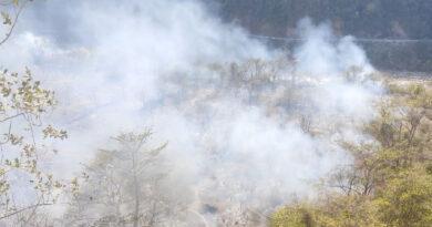 चमासू के जंगलों में लगी आग, कोटद्वार से आग बुझाने पहुंची दमकल टीम