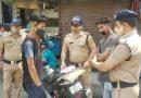 चालान काटकर पुलिस ने दोपाहिया वाहन चालकों को बांटे मास्क