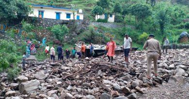 पौड़ी में फटा बादल, राष्ट्रीय राजमार्ग पर आया मलवा और पत्थर, प्रशासन ने साफ करवाया