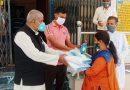 हंस फाउंडेशन की मदद से ब्लॉक प्रमुख ने बांटे मेडिकल उपकरण