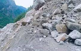 तोताघाटी में चट्टान गिरने से बदरीनाथ राष्ट्रीय राजमार्ग बंद