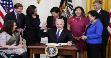 व्हाइट हाउस में दिखा खुशनुमा माहौल: अधिकतर ने उतारे मास्क, गले मिलने का दौर शुरू