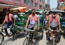 कोविड क्रफ यू बढ़ाए जाने से आक्रोशित व्यापारियों ने रिक्शा चला किया विरोध दर्ज