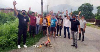 गिरफ्तारी के विरोध में सरकार का पुतला फूंका