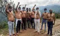 डामरीकरण की मांग को ग्रामीणों ने किया अर्धनग्न होकर प्रदर्शन
