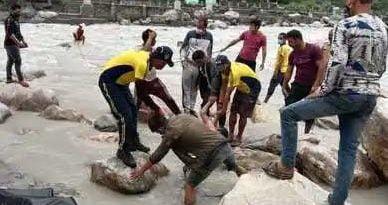 नहाते वक्त नदी में गिरा श्रमिक, मौत