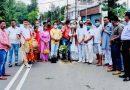 ढोल-नगाड़ों के साथ सड़क के गड्ढों में पौधे लगाकर कांग्रेसियों ने किया प्रदर्शन