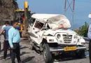वाहन पर बोल्डर गिरने से चालक की मौके पर मौत, चार लोग घायल