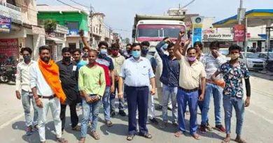जबरन धर्मांतरण पर भड़के हिंदूवादी संगठन के कार्यकर्ता