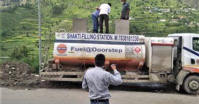 अवैध तरीके पेट्रोल व डीजल बेचने पर दो ईधन टैंकर पकडे़