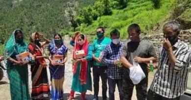 हंस फाउंडेशन ने गांवों में बांटे मास्क और सेनेटाइजर