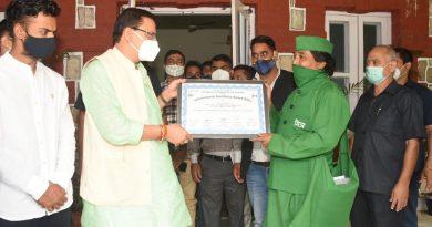 मुख्यमंत्री धामी ने वृक्षमित्र डॉ सोनी को अंतर्राष्ट्रीय एक्सीलेंस एवार्ड से किया सम्मानित