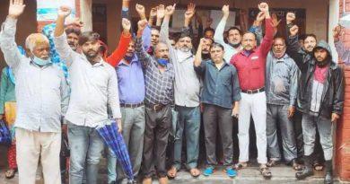 सफाई कर्मियों की अनिश्चित कालीन हड़ताल जारी, जगह-जगह लगे कूड़े के ढेर