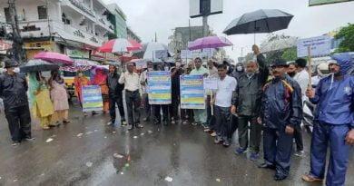 सफाई कर्मियों का अनिश्चितकालीन कार्यबहिष्कार शुरू, बारिश में किया प्रदर्शन