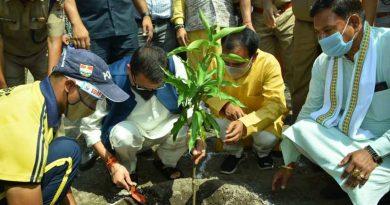 सीएम धामी ने किया एस.डी.आर.एफ बटालियन, जौलीग्रांट में वृक्षारोपण
