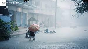 बारिश के बाद चेतावनी निशान के पास बही गंगा