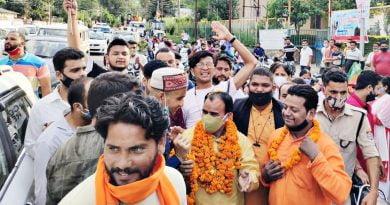 श्रीनगर पहुंचने पर कार्यकर्ताओं ने किया स्वास्थ्य मंत्री का जोरदार स्वागत
