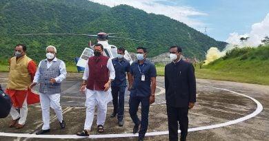 सी एम धामी का श्रीनगर गढ़वाल दौरा अपडेट: हैलीपैड पर हुआ जोरदार स्वागत