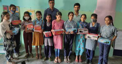 शिक्षक ने छात्राओं को बांटी शैक्षिक सामग्री